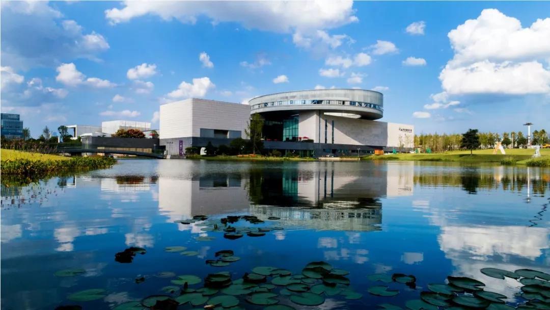 """李自健美术馆的""""网红""""之路:场馆和环境设计上""""亲民"""",将高品质展览、音乐会、教育活动相结合,打造""""有灵魂""""、""""有温度""""的美术馆"""